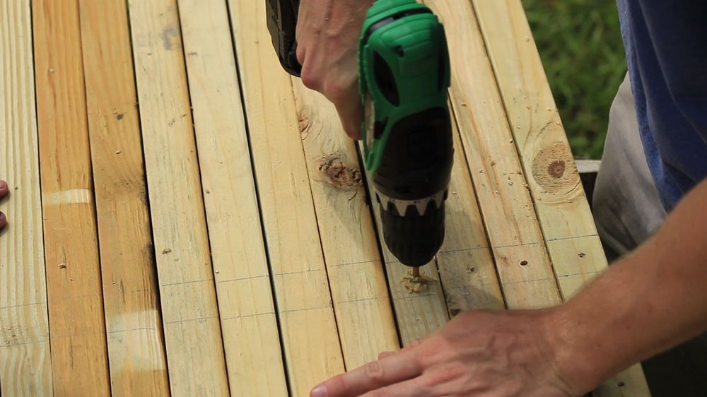 drilling-holes-in-the-2x4-cross-pieces